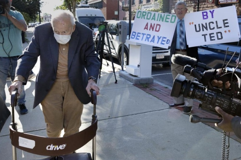 Former Cardinal Theodore McCarrick, left, arrives at Dedham District Court, Friday, Sept. 3, 2021, in Dedham, Mass. McCarrick, the once-powerful American prelate who was expelled from the priesthood for sexual abuse, pleaded not guilty Friday to sexually assaulting a 16-year-old boy during a wedding reception in Massachusetts nearly 50 years ago. (AP Photo / Michael Dwyer)